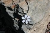 Kytička bílá s patinou - Tiffany šperky