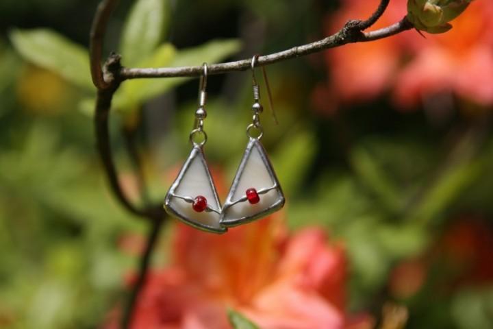 Náušnice béžové s korálkem - Tiffany šperky