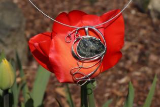 Cínovaný velký šperk s kamínkem - Tiffany šperky